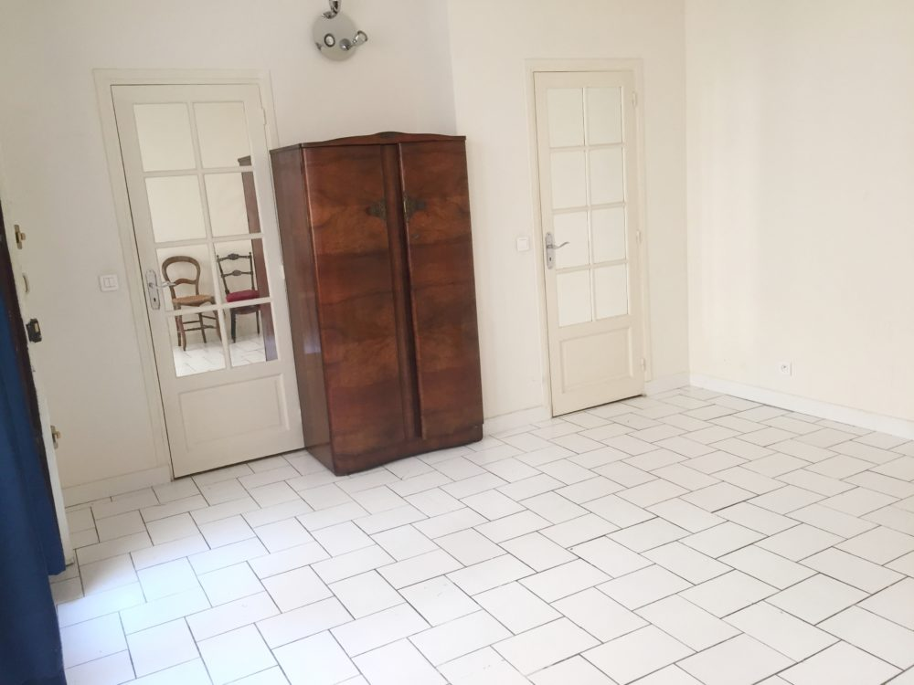 pièce principale porte fermée
